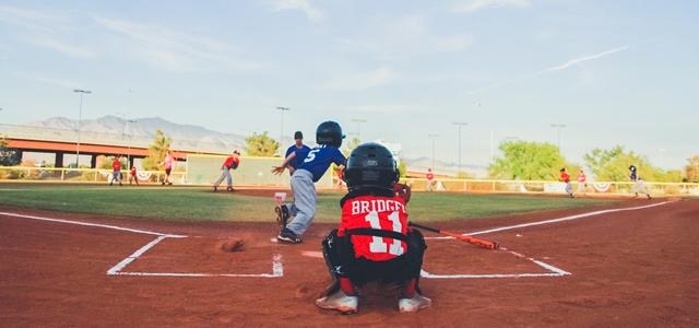 ヒットを打つ野球少年