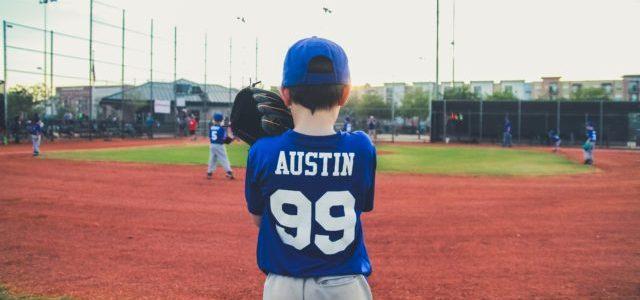野球のルールについて考える少年